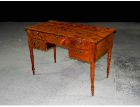 Письменный стол с пятью ящиками