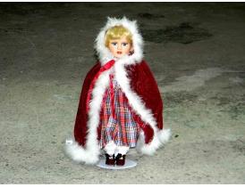 Фарворовая кукла в красном плаще