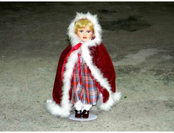 Фарворовая кукла в красном плаще, AM0949