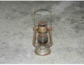 Керосиновая лампа серого цвета