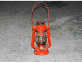 Керосиновая лампа красного цвета